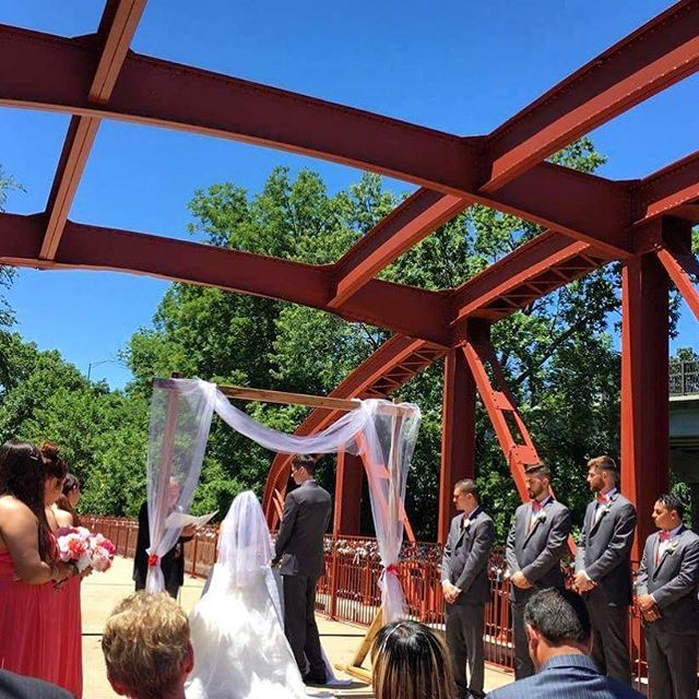 ‪Beautiful weekend wedding on #KCParks Old Red Bridge in Minor Park. #RedBridgeLoveLocks