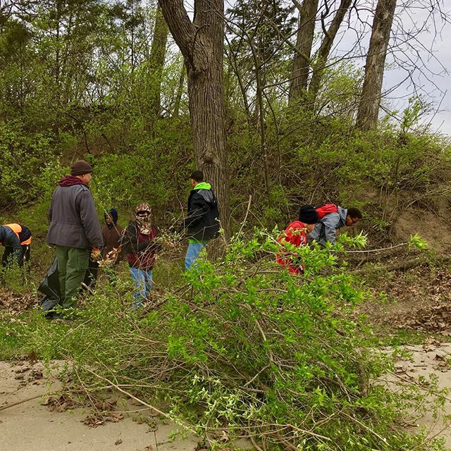 ‪HOA Boy Scouts removing litter and honeysuckle from Blue River Athletic Fields. We ️ #KCParks volunteers!‬